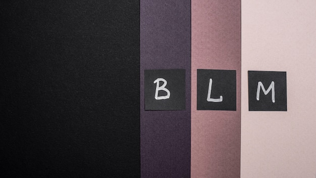 色とりどりの紙とコピースペースに文字が書かれたブラック・ライヴズ・マター・カードの上面図