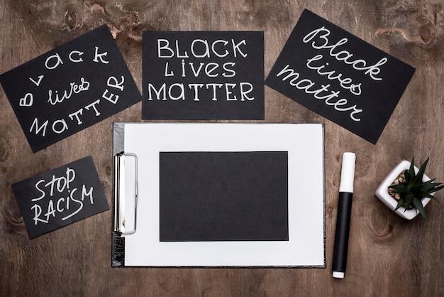 ペンとクリップボードの黒い生命問題カードの上面図