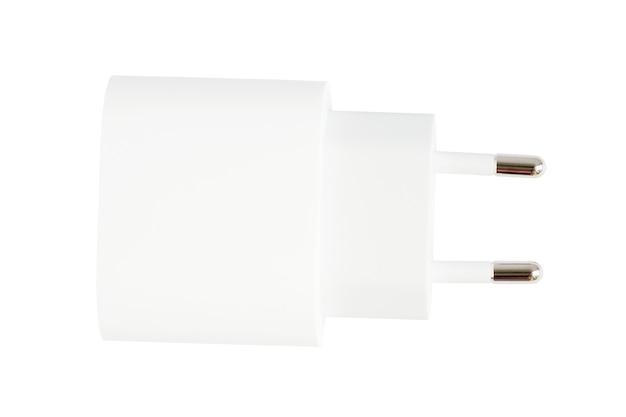 흰색 표면에 검정 전화 ac 충전기 및 usb 케이블의 상단 보기.
