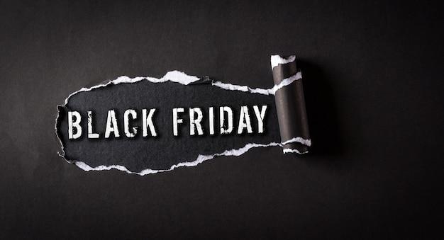 백보드 벽에 검은 찢어진 종이와 검은 금요일 텍스트의 상위 뷰