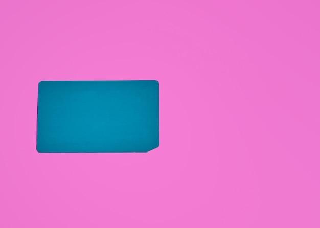 ピンクの背景に空白のカードの上面図