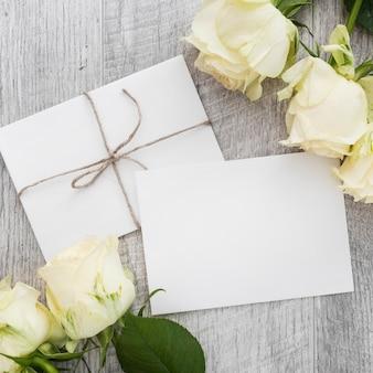 빈 인사말 카드의 상위 뷰; 장미와 나무 판자