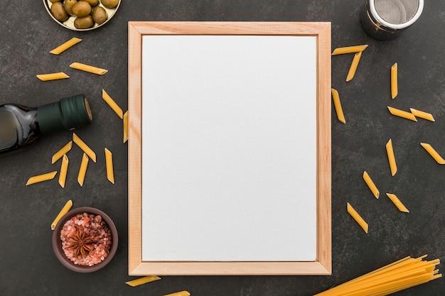 Вид сверху пустого меню с пастой и оливковым маслом
