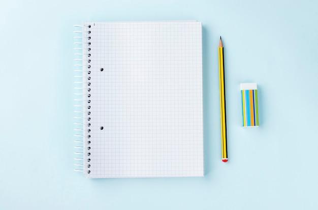 Вид сверху пустой ластик карандаша блокнота на голубом фоне изучение бизнес-концепции школы