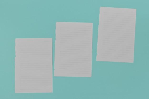 コピースペースと青い背景の白紙の上面図