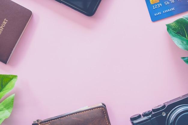 Взгляд сверху пустого пространства с шестерней перемещения как паспорт, камера, кредитная карточка и стена как рамка изображения.
