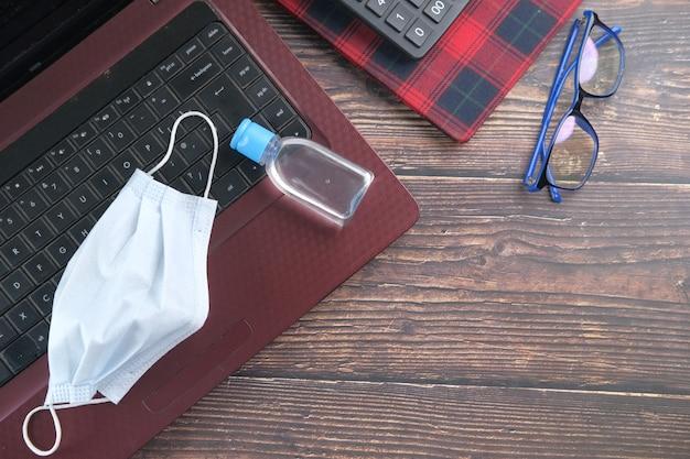 테이블에 파란색 수술 마스크와 손 소독제의 상위 뷰