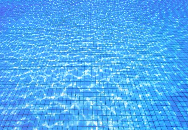 수영장에서 푸른 물 잔물결의 최고 전망. 복사 공간이 있는 여름 배경
