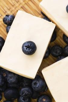 背景に置かれたブルーベリーチーズパイの上面図、周りのぼやけた光