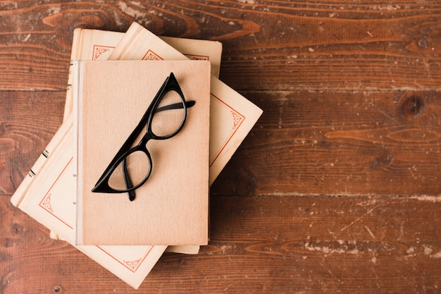 책과 안경의 상위 뷰