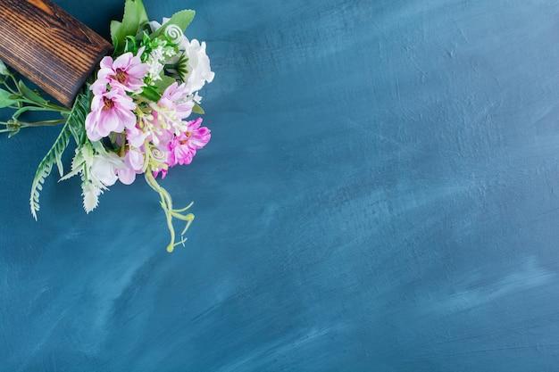 青の色とりどりの花の花束の上面図。