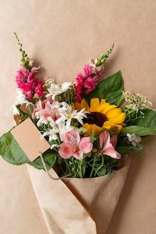 빈 카드와 함께 꽃의 꽃다발의 상위 뷰