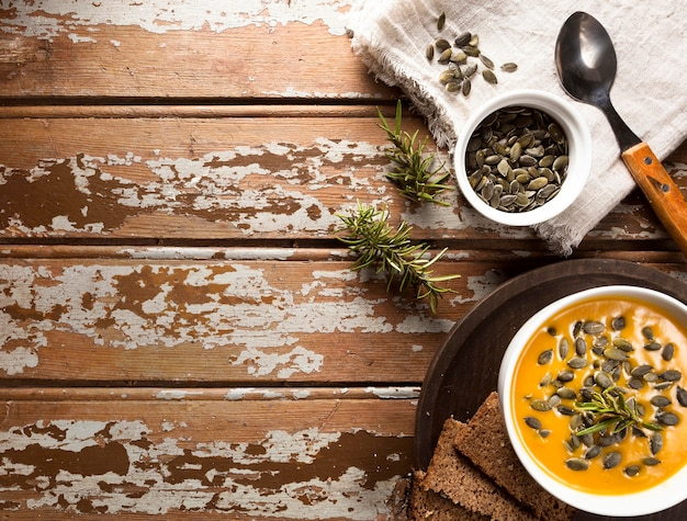 秋のスカッシュスープとコピースペースボウルのトップビュー