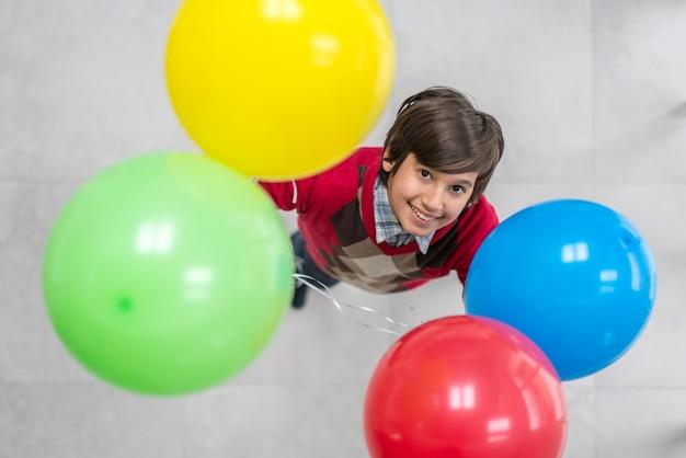 風船を持つ少年のトップビュー