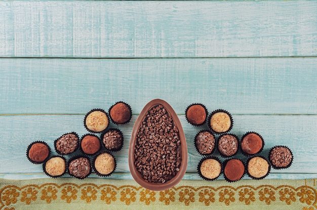 Вид сверху на бразильское шоколадное пасхальное яйцо с конфетами brigadeiros - ovo de chocolate de colher
