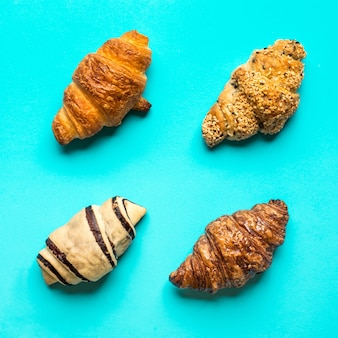 Вид сверху хлеба и пекарни на синем фоне