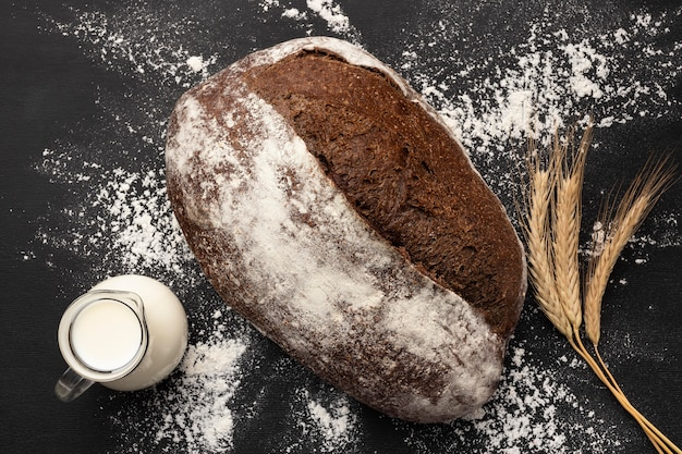 Вид сверху концепции хлеба с молоком