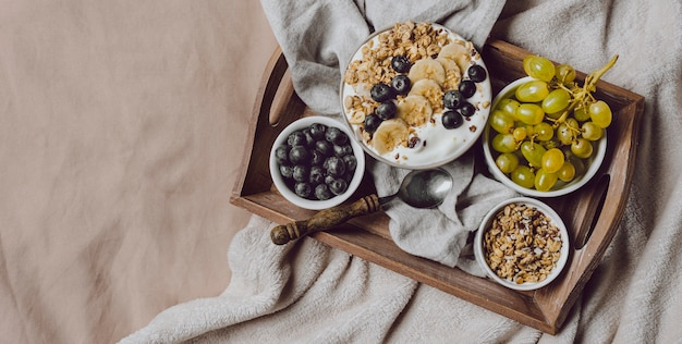 シリアルとブドウとベッドで朝食の上面図