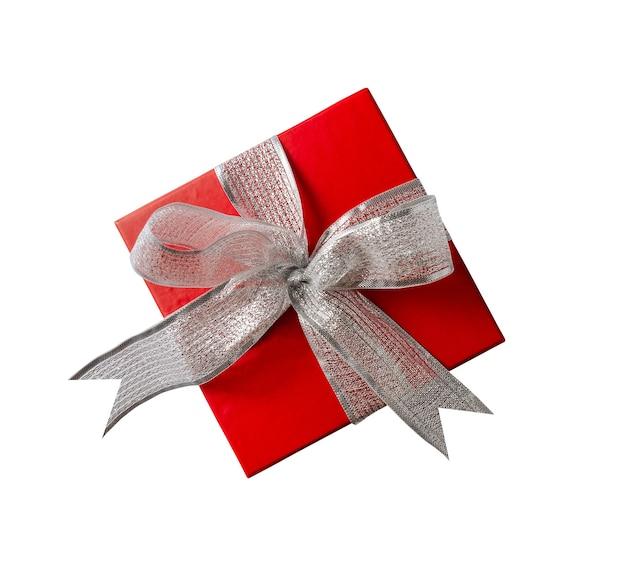 흰색 배경에 격리된 은색 리본이 있는 밝은 빨간색 선물 상자의 상위 뷰