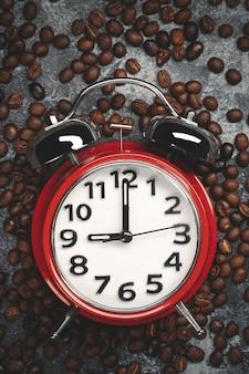 暗い時計と茶色のコーヒー種子の上面図