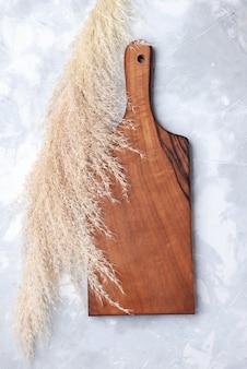 Вид сверху коричневого деревянного стола, для еды на свете, деревянный деревянный стол,