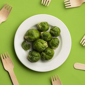 나무 포크와 함께 접시에 브뤼셀 새싹의 상위 뷰
