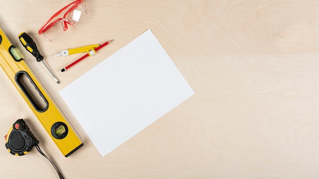 Вид сверху на рабочий стол с макетом из бумаги