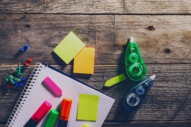 ビジネスコンセプトのトップビュー。オフィス用品、木製テーブル。上。事務用品。勉強の仕事の概念。トーニング
