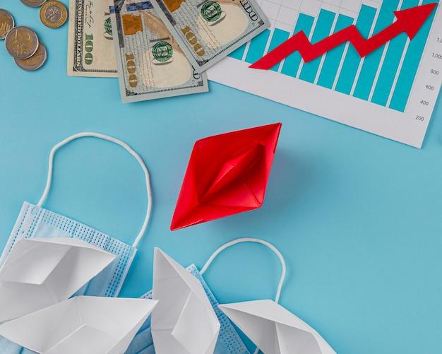 Вид сверху бизнес-элементов с графиком роста и деньгами