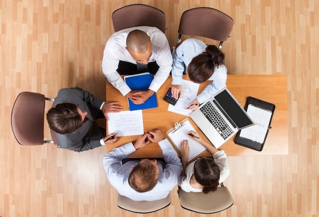 Вид сверху деловой встречи в офисных документах