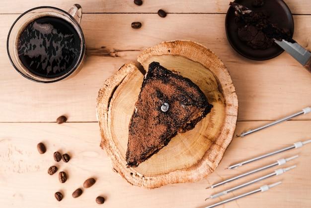 Вид сверху кусочек торта с кофе в зернах