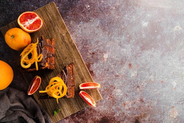 Вид сверху торт с фруктами и копией пространства