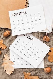 Вид сверху календаря с осенними желудями и листьями