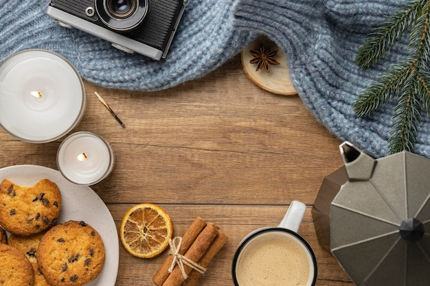 セーターと一杯のコーヒーとカメラの上面図