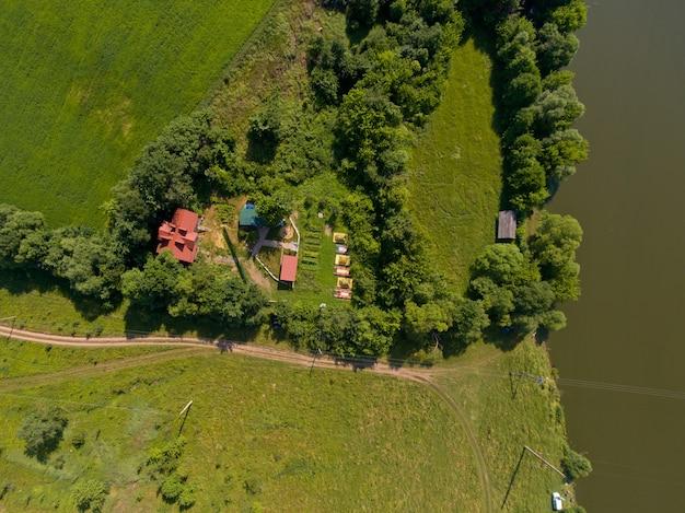 Вид сверху лагеря туристов с палатками на берегу реки.