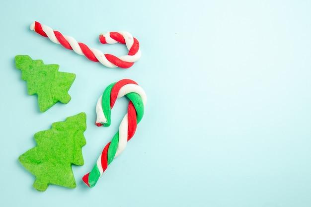 青い表面にキャンディケインと木の形をしたクッキーの上面図