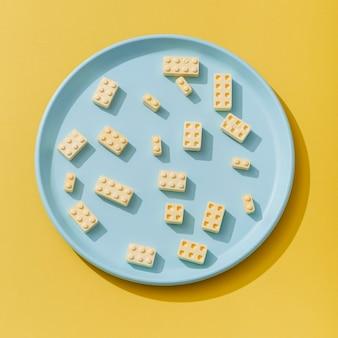 접시에 빌딩 블록과 같은 사탕 모양의 상위 뷰