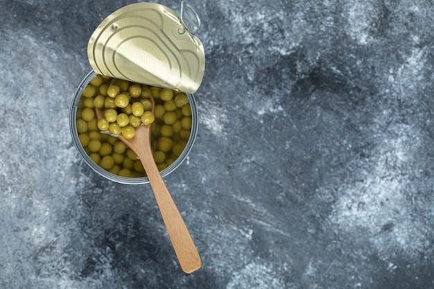 缶詰のグリーンピースの上面図。