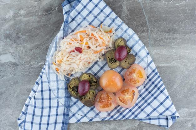 ガラス板上の缶詰野菜の上面図。
