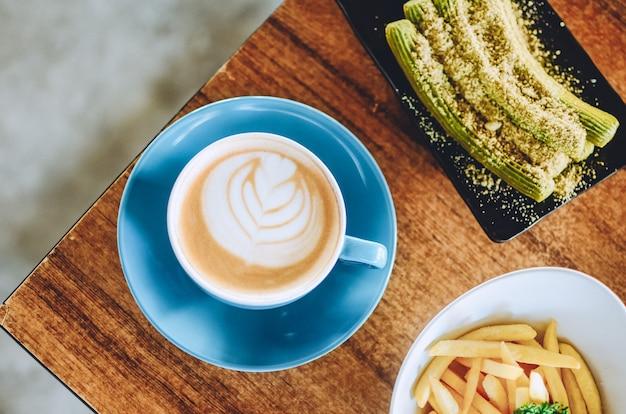 나무 테이블에 카푸치노 커피의 상위 뷰