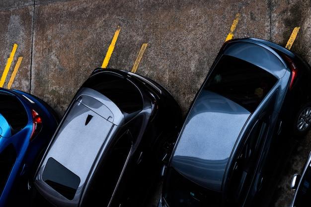 콘크리트 주차장에 주차 된 자동차의 상위 뷰.