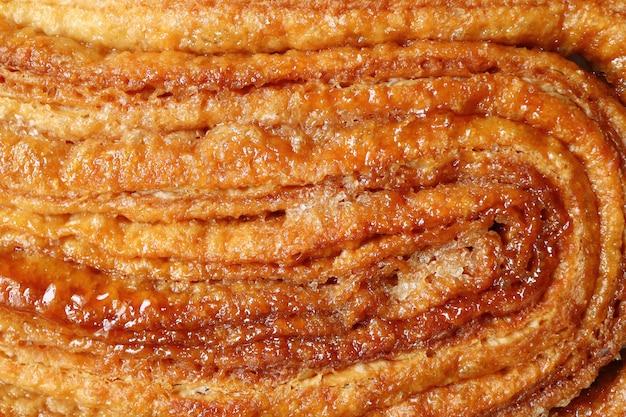 Вид сверху карамелизованной текстуры французского печенья palmier или печенья уха слона