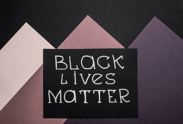 色とりどりの紙に黒い生命問題のスローガンを持つカードの上面図