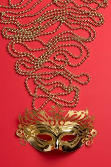 Вид сверху карнавальной маски с бусами