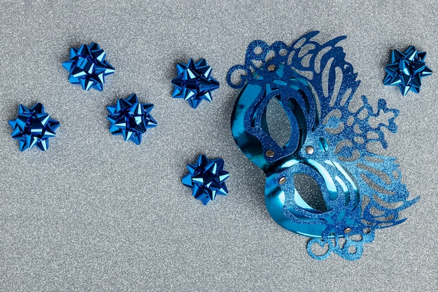 Вид сверху карнавальной маски с бантами