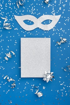 Вид сверху карнавальной маски с блеском и лентами