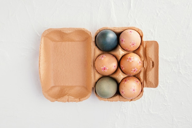 Вид сверху коробки с пасхальными яйцами