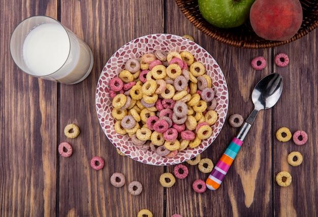 나무에 우유 한 잔과 숟가락으로 그릇에 곡물의 상위 뷰