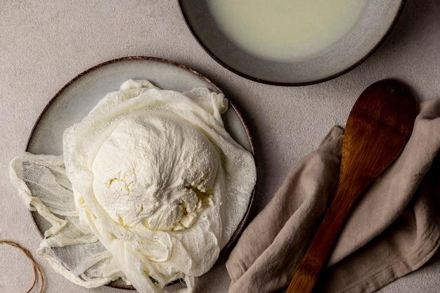 Вид сверху на процесс изготовления сыра