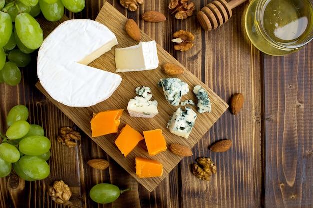 チーズ、ブドウ、ナッツ、蜂蜜のトップビュー